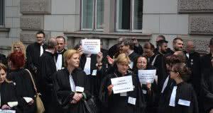 [Galerie foto și scrisoarea deschisă] Marșul tăcerii organizat de Baroul Cluj